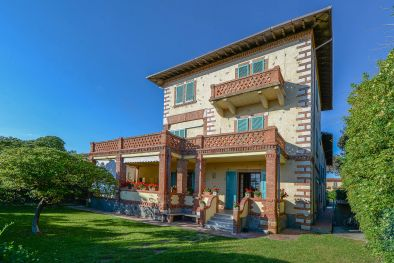 VILLA ON THE SEASIDE WITH DEPENDANCE FOR SALE FORTE DEI MARMI, TUSCANY