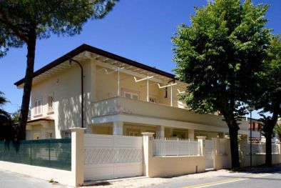 VILLA DIVIDED INTO TWO SECTIONS FOR SALE IN FORTE DEI MARMI